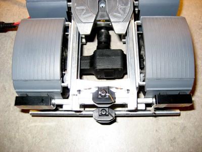 das hintere Differential noch mit den alten Kardangelenken, gut zu sehen sind die Kabelschächte für die Rückleuchten uns das Loch für die IR-Diode in der Sattelplatte