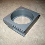 Dieses Dose beherbergt einen RTO Lautsprecher mit 45mm Durchmesser, sie wird vor der Vorderachse anstelle einer Fronttraverse in dem Rahmen verschraubt.