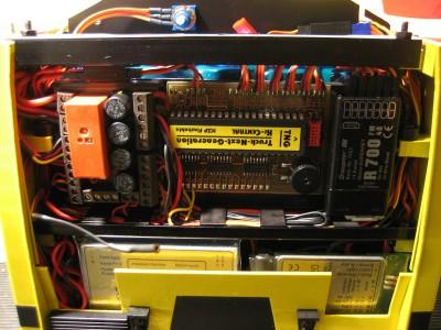 der Elektronik-Part des Fahrzeuges, Strom- und Datenverteilung, Zentraleinheit, Empfänger und darunter SMX und S20 von Servonaut