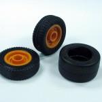 die Orignalbereifung des Staplers, das stehende Rad zeigt die neue Bereifungdie Orignalbereifung des Staplers, das stehende Rad zeigt die neue Bereifung - gefertigt aus einem aufgetrennten Lego-Reifen